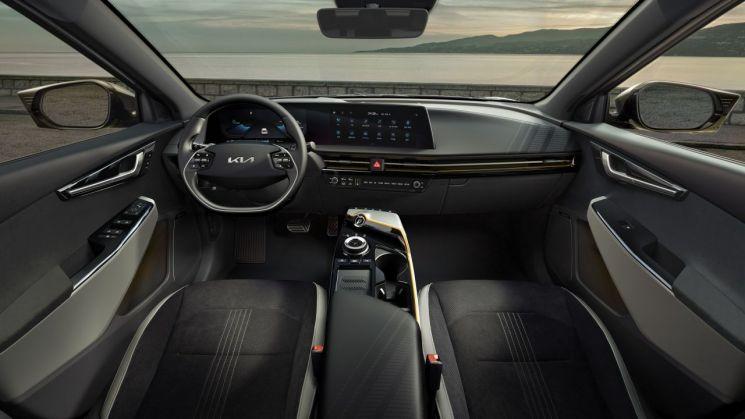기아가 2일 전용전기차 EV 시리즈의 첫 모델인 The Kia EV6를 출시했다.  사진제공=기아