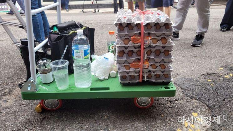 자신은 달결을 팔러 온 사람에 불과하다며 한 보수 유튜버가 보인 계란 묶음. 사진=한승곤 기자 hsg@asiae.co.kr