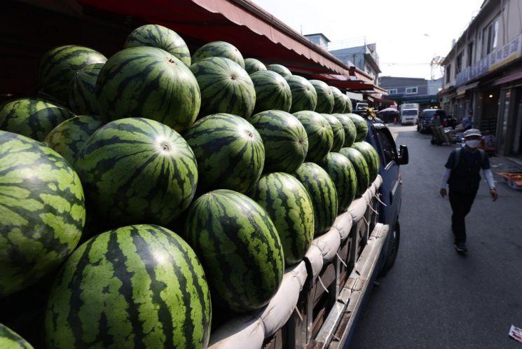 불볕더위에 수박 가격이 고공행진하고 있다. 사진은 서울 시내 한 재래시장 트럭에 실린 수박. [이미지출처=연합뉴스]