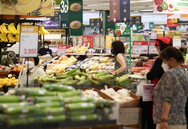 서울시내 한 대형마트 신선식품 코너에서 시민들이 장을 보고 있다. 사진은 기사 중 특정 표현과 무관. [이미지출처=연합뉴스]