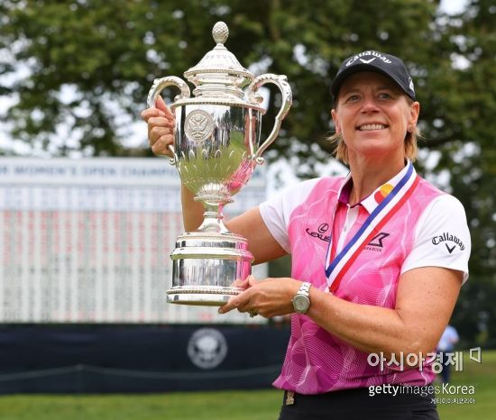 안니카 소렌스탐이 US시니어여자오픈 우승 직후 트로피를 들고 기념 촬영을 하고 있다. 페어필드(미국)=Getty images/멀티비츠