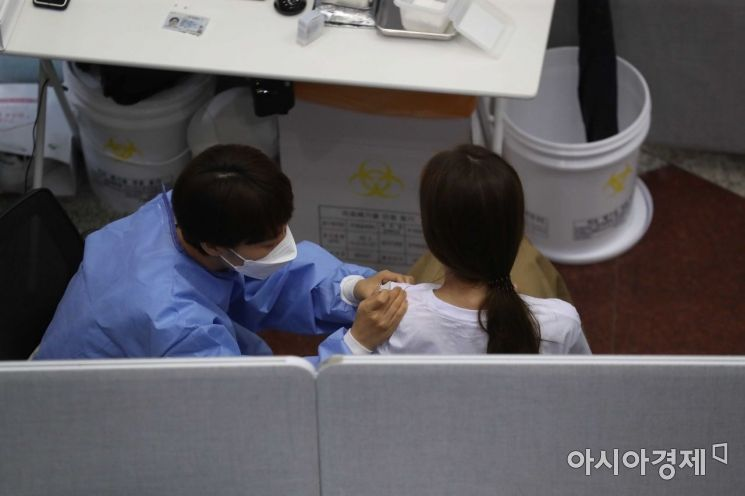 2일 서울 은평구 문화예술회관에 마련된 코로나19 예방접종센터에서 시민들이 백신을 맞고 있다. /문호남 기자 munonam@