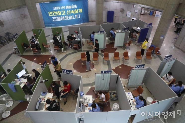 [포토]은평문화예술회관서 백신 맞는 시민들