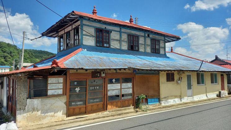 국가 등록문화재로 등록예정 된 서천 판교 근대역사문화공간 내 '장미사진관' 건물 전경. 이 건물은 1932년 일본식으로 지어진 2층 규모의 목조주택으로 건립 당시 일본인 지주가 생활한 것으로 전해진다. 해방 후에는 여관과 사진관으로 용도가 바뀌었으나 현재는 영업을 하지 않는 상태로 건물만 남아 있다. 충남도 제공
