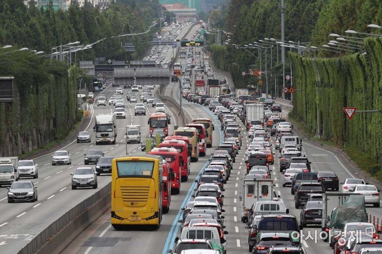 여름 휴가철인 2일 서울 서초구 잠원IC 인근 경부고속도로 하행선에서 차량들이 줄지어 이동하고 있다. /문호남 기자 munonam@