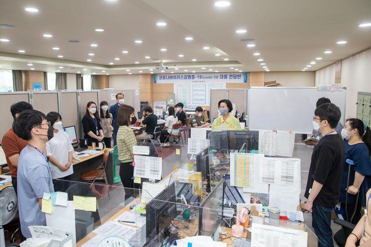 김수영 양천구청장이 2일 역학조사관 근무를 하고 있는 새내기 공무원들을 격려하고 있다.