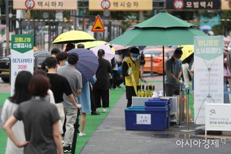 서울 서초구 고속버스터미널 코로나19 임시 선별검사소에서 시민들이 검사를 위해 기다리고 있다. /문호남 기자 munonam@