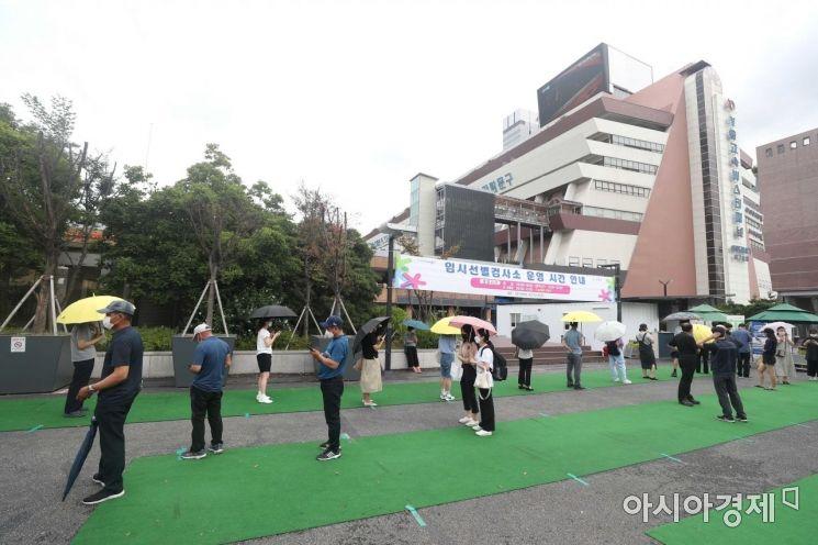 [포토]터미널 앞 검사소 찾은 시민들