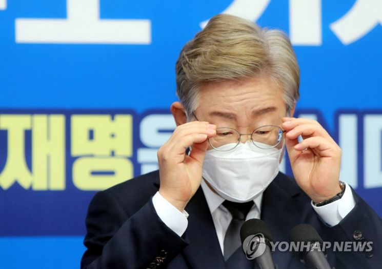 더불어민주당 대권 주자인 이재명 경기지사가 지난 1일 전북도의회에서 열린 기자간담회에서 안경을 고쳐 쓰고 있다./사진=연합뉴스