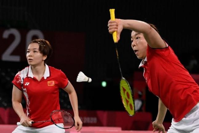 지난달 31일 도쿄 무사시노 포레스트 스포츠 플라자에서열린 2020도쿄올림픽 여자 복식 배드민턴 준결승전에서 중국의 천칭천(왼쪽)선수와 자이판(오른쪽) 선수가 경기를 펼치고 있다. AFP=연합뉴스