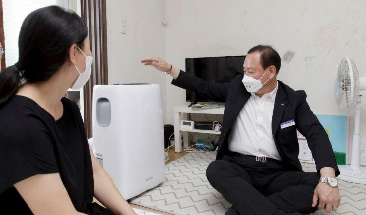 이동형 에어컨을 지원받은 주민과 대화하는 유동균 마포구청장(오른쪽)