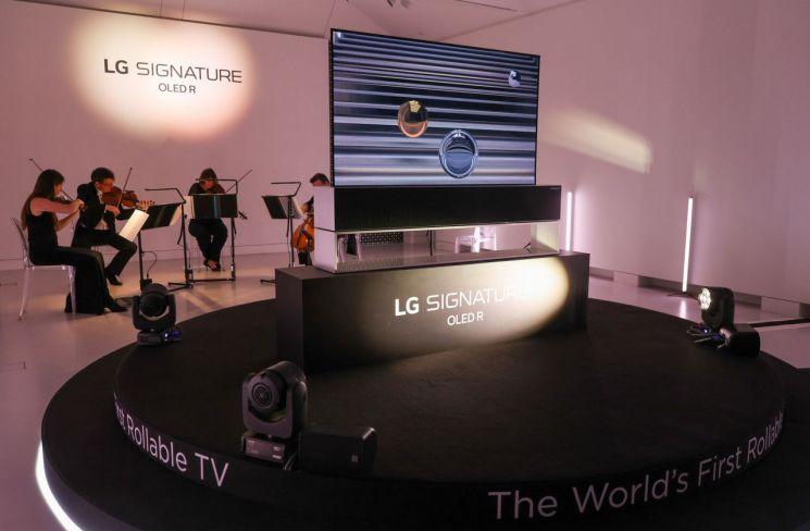 LG 시그니처 올레드 R가 런던을 대표하는 로열 필하모닉 오케스트라의 연주와 함께 무대에서 소개되고 있다.[사진제공=LG전자]