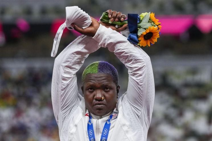 여자 포환던지기에서 은메달을 목에 건 레이븐 손더스. [이미지출처=연합뉴스]