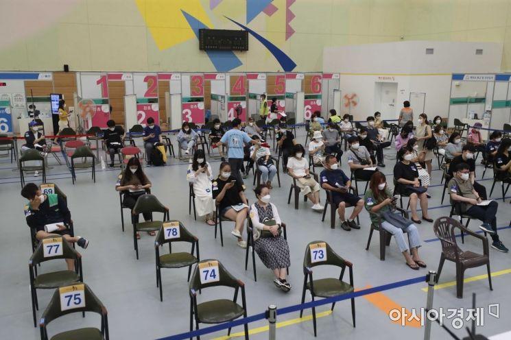 3일 서울 중구 예방접종센터에서 시민들이 백신을 맞은 뒤 이상반응 모니터링 구역에서 대기하고 있다. /문호남 기자 munonam@