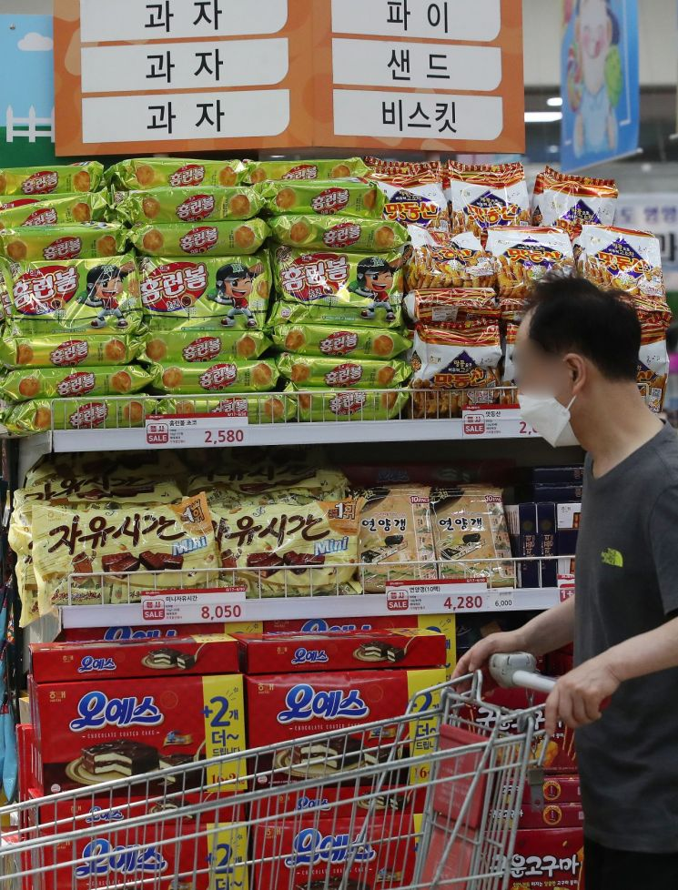서울의 한 대형마트 과자 판매대. [이미지출처=연합뉴스]