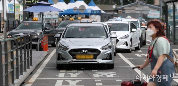 코로나19 사태로 소득이 감소한 택시법인 소속 운전기사에게 1인당 80만원의 정부 지원금이 지급된다. 고용노동부는 3일 '4차 일반택시기사 한시 지원사업'을 시작한다고 지난 2일 밝혔다. 이 사업은 정부의 5차 재난지원금에 포함된 것으로, 코로나19의 피해를 본 택시법인 운전기사 약 8만명을 대상으로 한다. 이날 서울역 앞 택시 승강장에서 택시들이 승객을 기다리고 있다. /문호남 기자 munonam@
