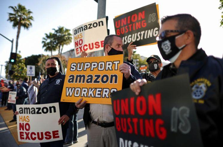 지난 3월 22일(현지시간) 미국 로스앤젤레스에서 아마존 노조 설립을 지지하는 시위가 진행되고 있다. [이미지출처=로이터연합뉴스]
