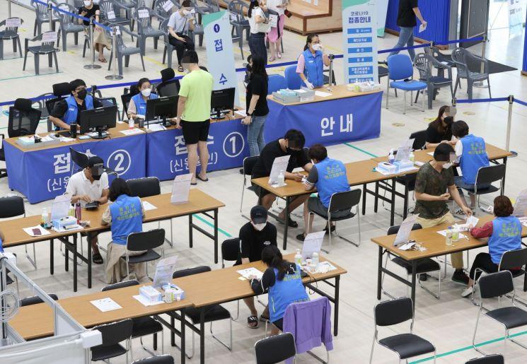 3일 오전 서울 광진구 자양체육관에 마련된 광진구예방접종센터에서  시민들이 백신 접종을 받기 위해 대기하고 있다. [이미지출처=연합뉴스]
