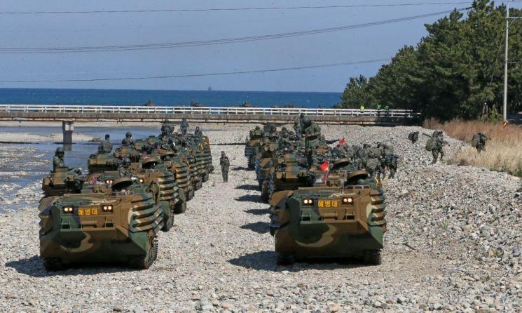 사진은 기사와 무관. 경북 포항시 북구 송라면 해안에서 열린 해병대 여단급 합동상륙훈련에서 해병대가 한국형 돌격장갑차를 타고 상륙하고 있는 모습. [이미지출처=연합뉴스]