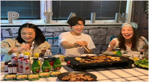 유튜버 케빈 우가 한국식 바비큐를 쌈과 함께 먹고 있다.