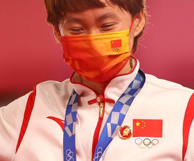 ▲마오쩌둥 배지를 달고 시상대에 선 중국 사이클 선수 [이미지출처=연합뉴스]