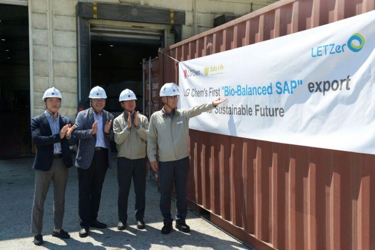 LG화학 임직원들이 여수공장에서 Bio-balanced SAP의 첫 출하를 기념하고 있다.