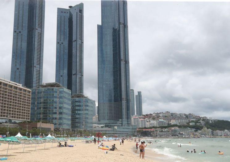 부산 해운대해수욕장 인근에 들어선 초고층 주상복합 아파트 <사진=연합뉴스>