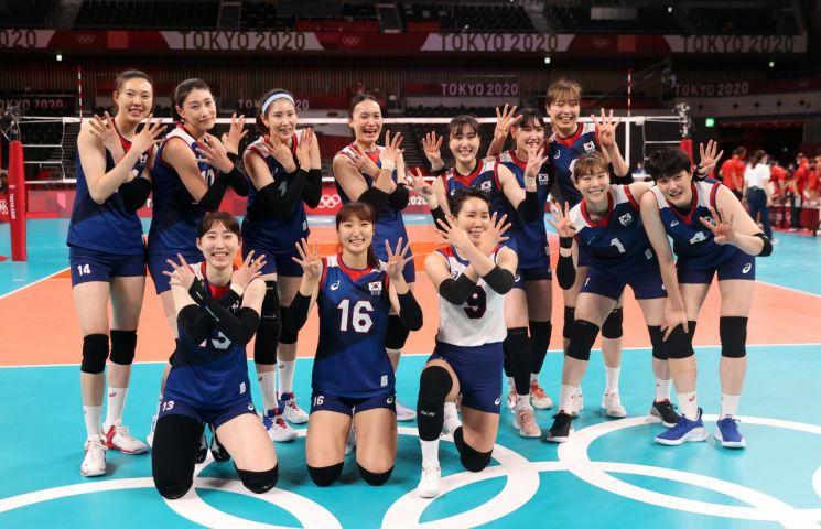 한국 여자배구팀이 도쿄올림픽 8강 터키전에 승리한 뒤 환호하고 있다. [이미지출처=연합뉴스]