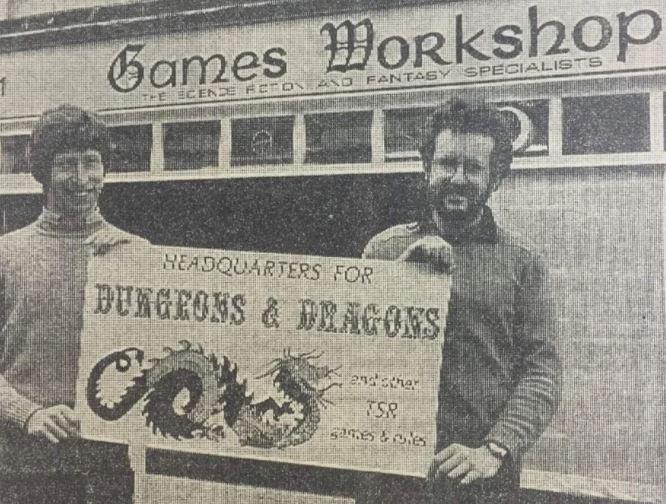 1970년대 첫번째 매장을 연 게임즈 워크샵 창업자들. 미국에서 건너 온 테이블탑 게임 '던전 앤 드래곤'을 홍보하고 있다 / 사진=인터넷 커뮤니티 캡처