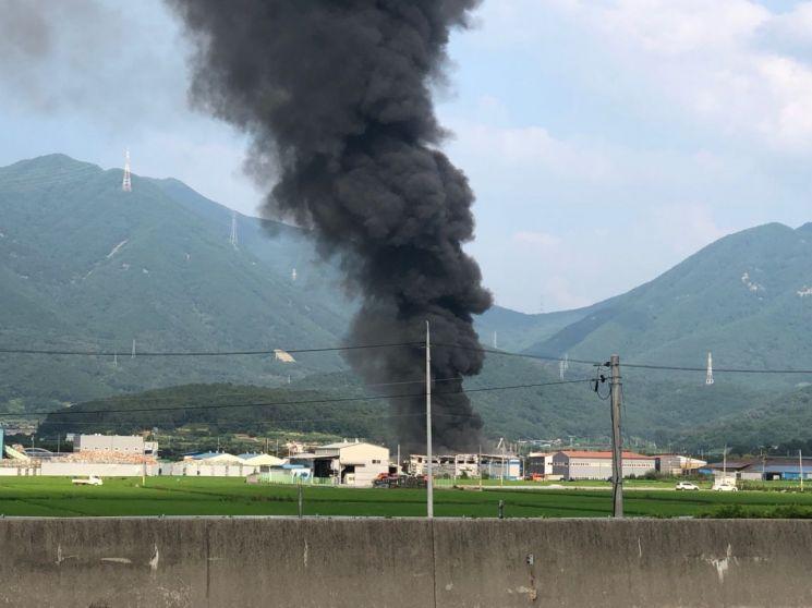 경북 달성군 현풍읍의 한 섬유공장에서 불이 나 진화작업이 진행 중이다. /강샤론 기자 sharon79@