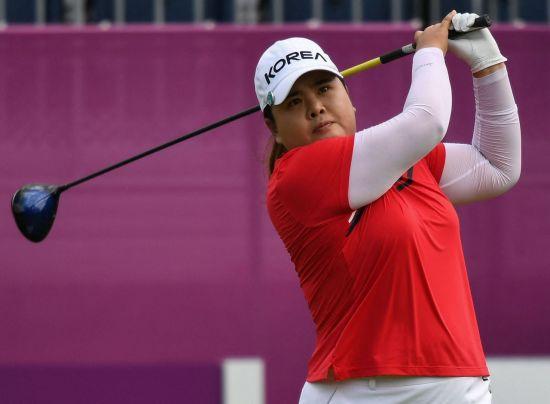 '리우올림픽 金' 박인비가 도쿄올림픽 여자 골프 첫날 1번홀에서 티 샷을 하고 있다.