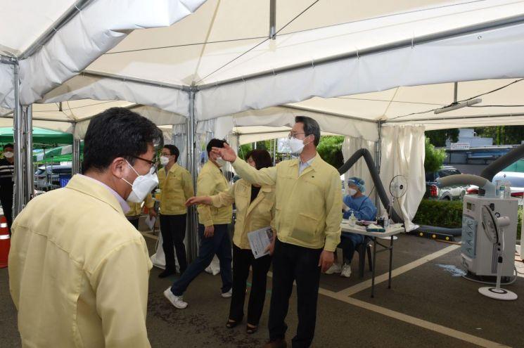 김희겸 재난안전관리본부장이 화성시 코로나19 백신접종 현장을 찾아 관계자들을 격려한 뒤 현장 상황을 점검하고 있다.