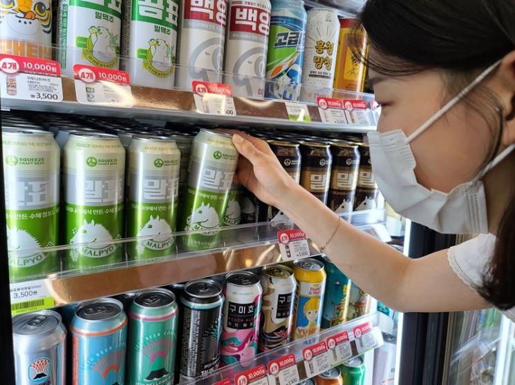 CU가 말표산업과의 컬래버레이션 맥주 2탄 '말표 청포도에일'을 선보였다.