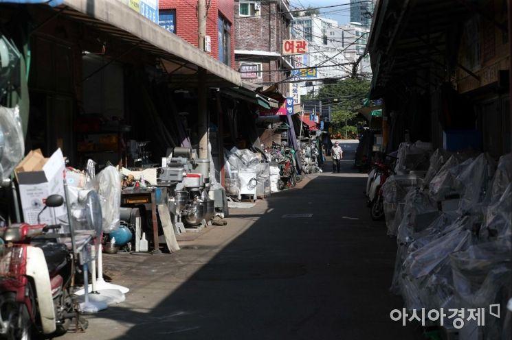 코로나19 장기화와 폭염으로 황학동 주방거리가 썰렁하다. /문호남 기자 munonam@