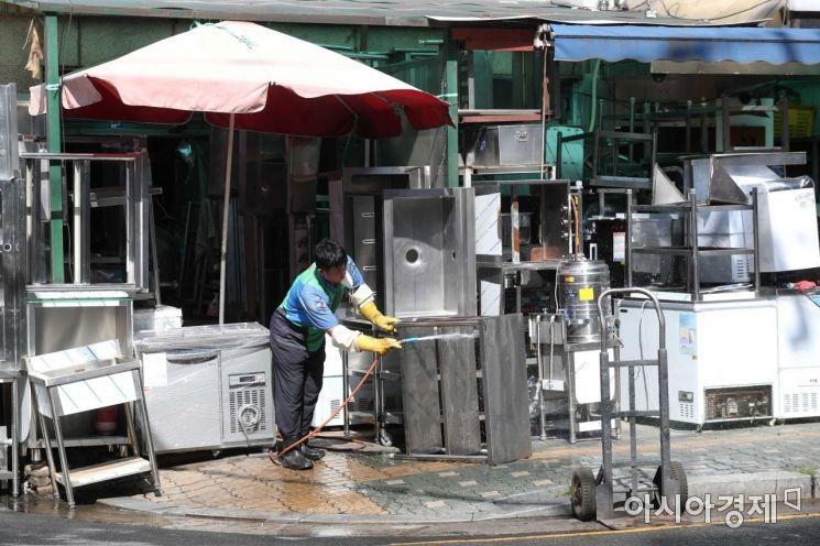 한 상인이 중고 집기를 청소하고 있다. /문호남 기자 munonam@