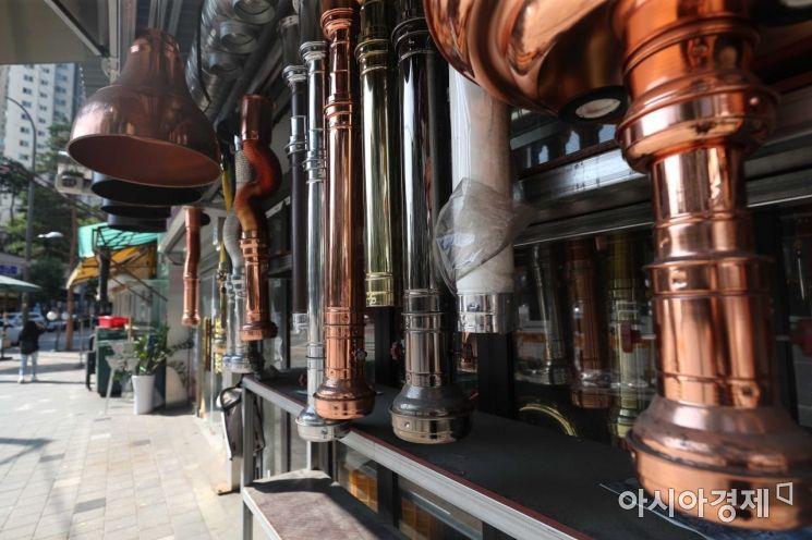 식당 폐업으로 중고품이 쌓이고 있다. /문호남 기자 munonam@