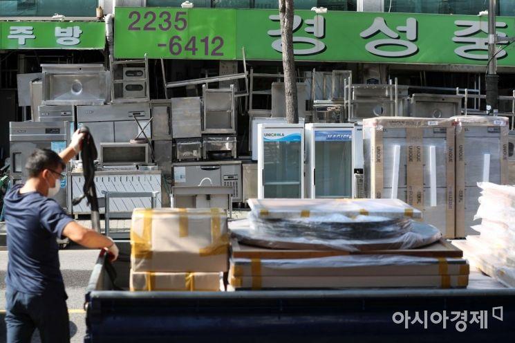 한 상인이 트럭에서 중고품을 내리고 있다. /문호남 기자 munonam@