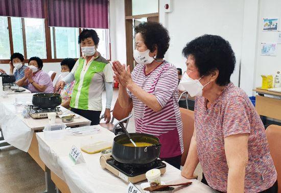 동신대, 홀몸노인 초청 '은빛 솔로의 금빛 행복 밥상' 프로그램 운영
