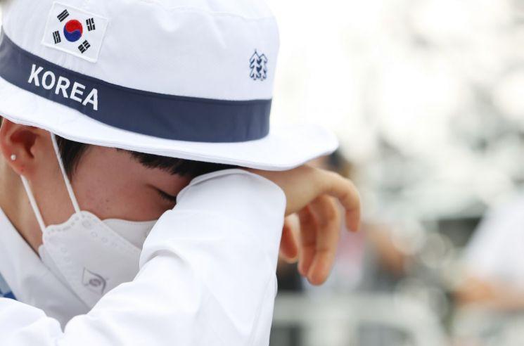 안산이 지난달 30일 일본 유메노시마 공원 양궁장에서 열린 도쿄올림픽 양궁 여자 개인전 결승에서 승리해 금메달을 목을 걸고 시상대를 나오던 중 눈물을 보이고 있다. [이미지출처=연합뉴스]
