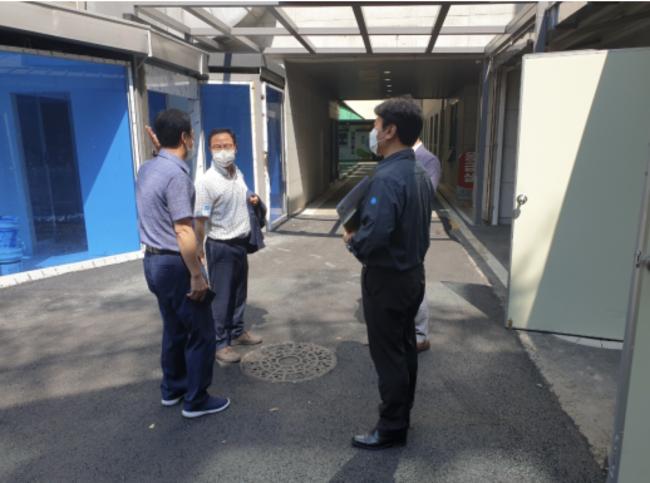 이호중 낙동강유역환경청장이 코로나19 전담치료시설을 찾아 의료폐기물 관리실태를 점검하고 있다.