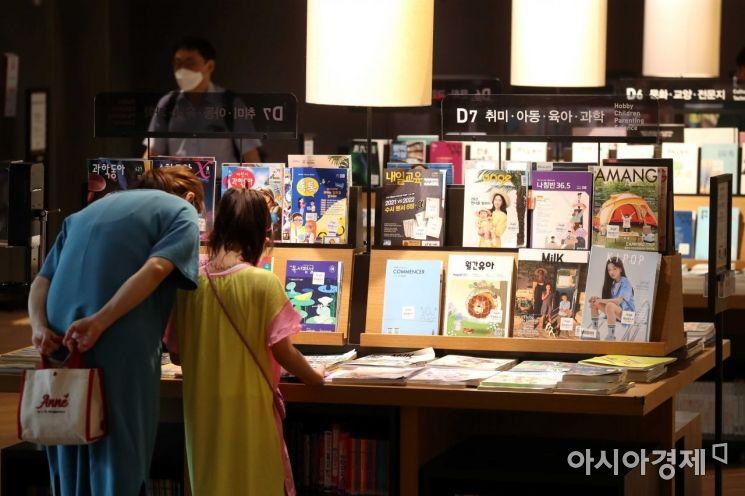 '시원하고 좋네' 별마당도서관에서 시민들이 책을 보고 있다. /문호남 기자 munonam@