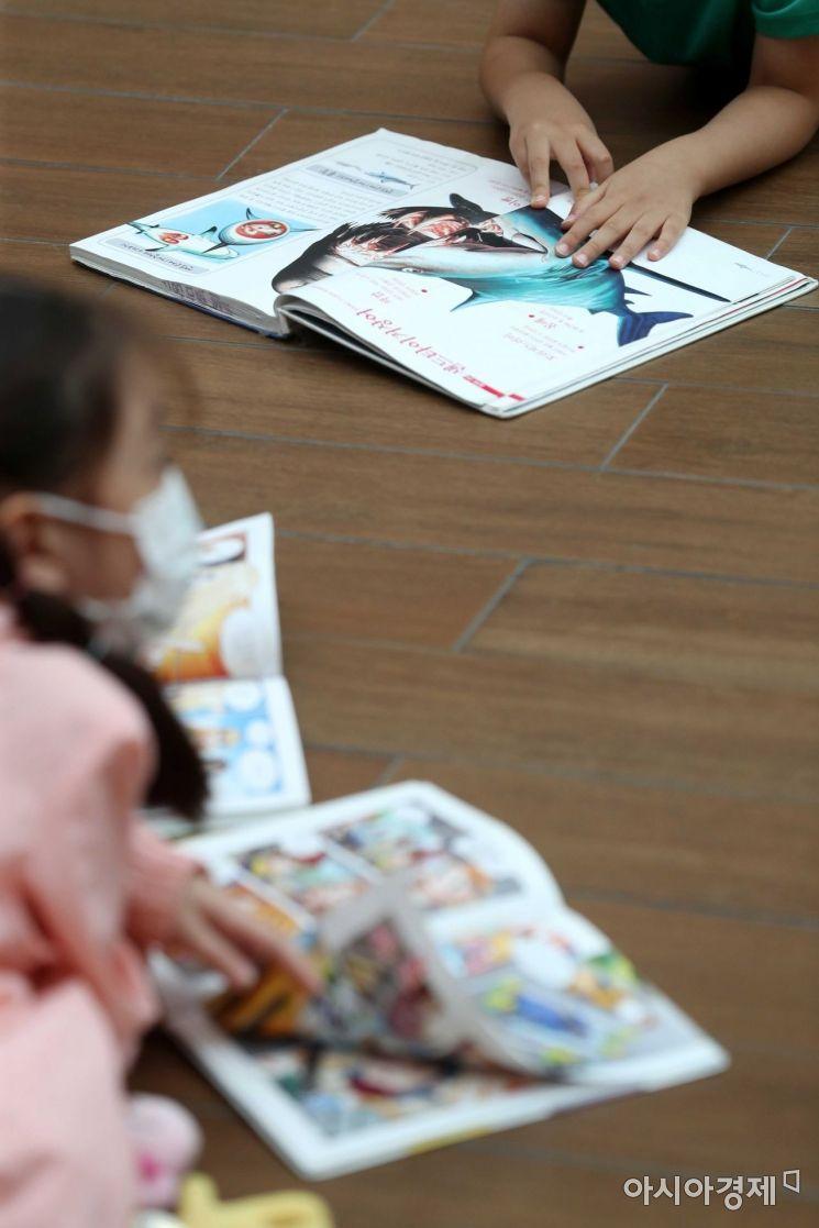 '독서 삼매경' 어린이들이 바닥에 누워 책을 보고 있다. /문호남 기자 munonam@