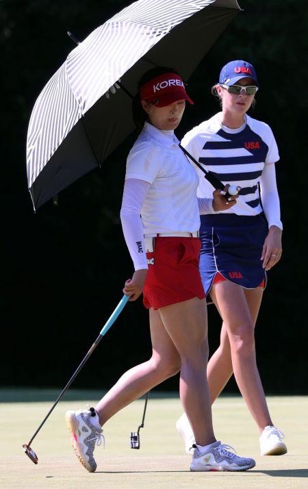 고진영(왼쪽)과 넬리 코르다가 도쿄올림픽 여자 골프 둘째날 17번홀에서 동반 플레이를 펼치고 있다. 사이타마(일본)=연합뉴스