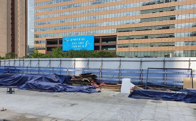 5일 오후 서울 세종대로 광화문광장에 있던 세월호 기억공간의 해체작업이 완료돼 빈자리로 남아 있다. [이미지출처=연합뉴스]