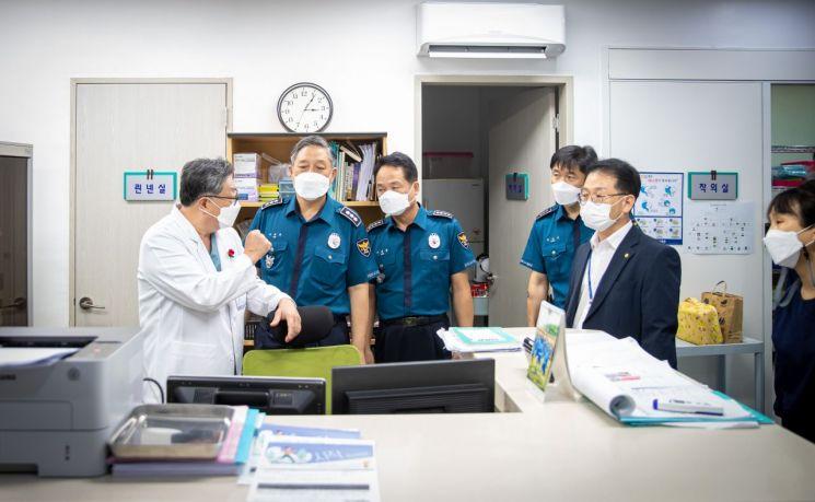 [포토] '코로나 전선' 찾은 부산 경찰 수장 … 이규문 부산청장, 병원·치료센터 격려
