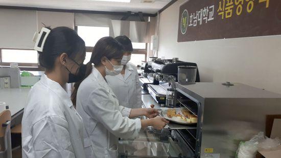 호남대학교 식품영양학과 3학년 학생 연구원들이 비건빵 개발 프로젝트를 진행하고 있다. 사진=호남대학교