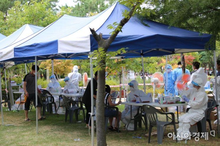 경남 창원시 용지문화공원에 마련된 선별진료소./이상현 기자 lsh2055@