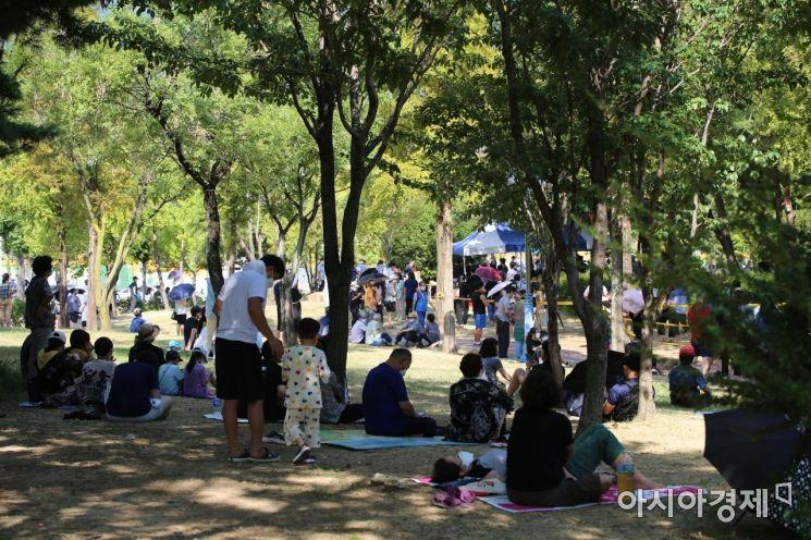 오후 2시부터 운영 시작한 가음정동 습지공원 선별진료소 앞에서 시민들이 돗자리를 깔고 그늘에서 대기 중이다./이상현 기자@lsh2055