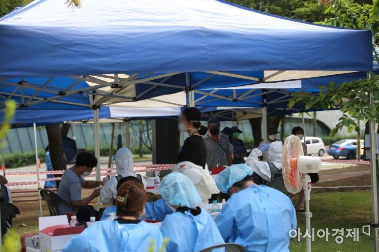 용지문화공원 선별진료소에서 한 의료진이 선풍기 앞에서 휴식하고 있다./이상현 기자@lsh2055