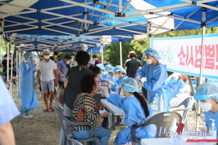남창원농협 집단 감염사태 직후 지난 8월 경남 창원시 가음정동 습지공원 선별진료소에서 수많은 시민이 진단검사를 받고 있다.